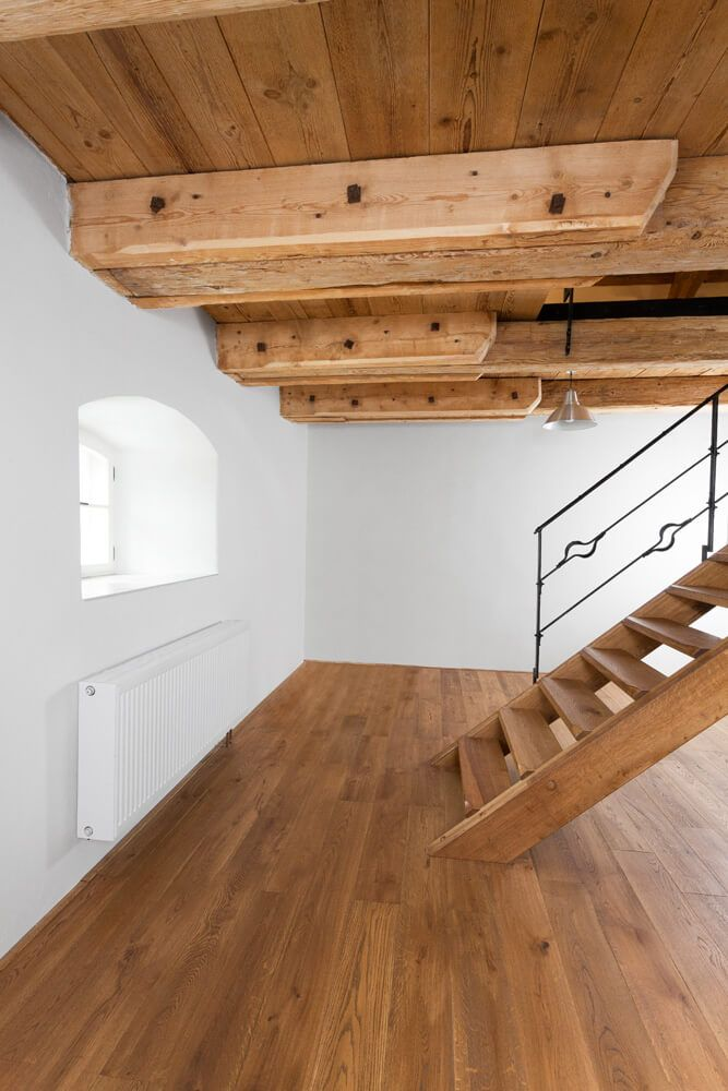 Realizace dřevěné masivní podlahy Exclusive floors Bronx ve středověkém stavení.