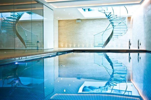 Az üveg hatalma wellnessrészlegünkben is meghatározó.  Glass Staircase Complementing Pool Glass Mosaic