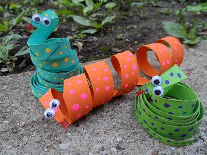 Такие смешные свернутые колечками змеи получаются из рулонов от туалетной бумаги. Поделка очень простая в изготовлении.