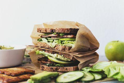 Receita Vegan de Sandes Verdes com Hummus e Tofu Marinado em Molho de Soja