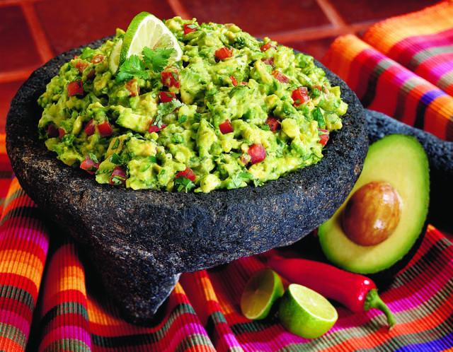 A közép-amerikai indiánok évezredek óta termesztik az avokádót, ami rengeteg telítetlen zsírsavat és számos vitamint tartalmaz. Rendkívül egészséges és tápláló a guacamole!