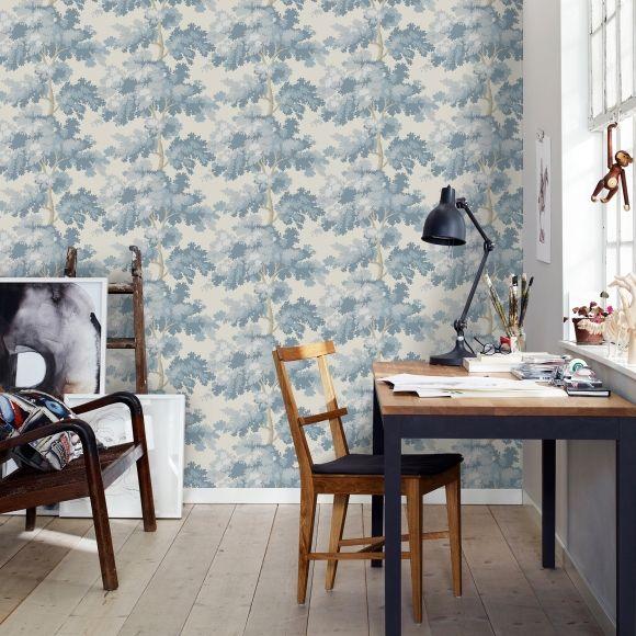 Des arbres bleus figurent sur ce papier peint, ils donnent presque envie de s'assoir à leurs pieds et entrer dans un monde de rêverie.