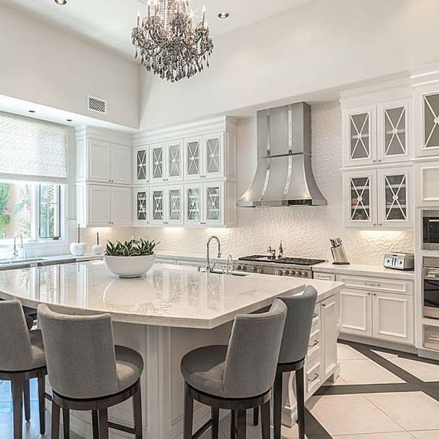 Beyond beautiful!... . By Argucustomhomes #homedesign#interiordecor#luxury#newhome#lighting#homeinspo#living#cabinetry as#interiors#decor#homeinspo#instadesign#hogar#casa#interiorinspo#staging#followforfollow#greydecor #realestate#cocina#kitchendesign#whitekitchen