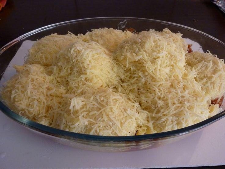 Annyira finom, hogy nem hiányzik mellé hús sem! Mi salátával szoktuk enni, úgy a legfinomabb! Hozzávalók: 1 kg burgonya 75 g vaj 10 dkg reszelt sajt (a pürébe) 2 tojás 3 evőkanál liszt só, bors 15 dkg reszelt sajt (beleforgatjuk a...