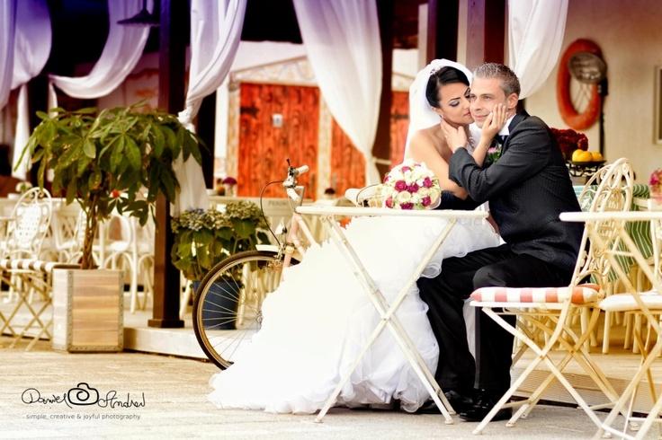 Sunt cateva momente foarte importante in viata noastra, momente dedicate noua si apropiatilor noastri. Fotografia de nunta este modul in care putem surprinde impreuna momentul definitoriu din viata unui cuplu. Fotograful de nunta trebuie sa fie gata sa surprinda cele mai bune momente in cele mai bune poze. Pentru fotografia de nunta alege un profesionist, nu lasa lucrurile la intamplare, peste ani vei aprecia alegerea facuta.