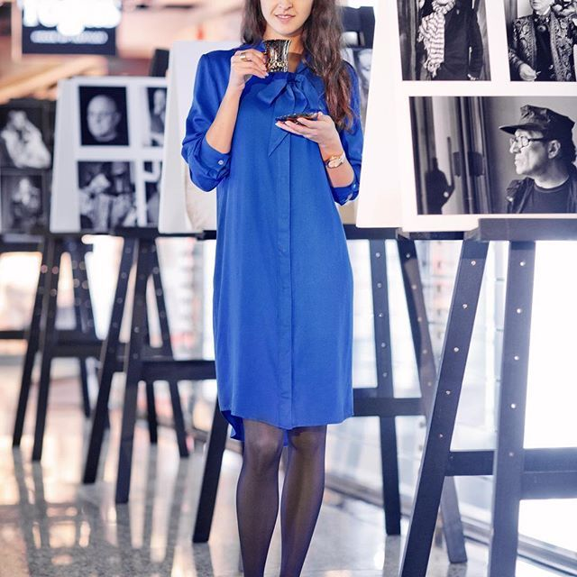 Время подарков и желаний, ожидания чуда и нового года.  Васильковое платье-рубашка, выполненное из изящно струящейся ткани от @Lessaisonsrusses тоже может быть прекрасным подарком самой себе или любимой подруге) Эта модель хороша как сама по себе, так и с лосинами или джинсами. А  обувь, надетая с платьем  кардинально меняет образ: уместны как грубые ботинки, так и туфли с высоким или низким каблуком. Одним словом, универсальная вещь! Состав: хлопок - 100%. Отделка нашего хлопка настолько…