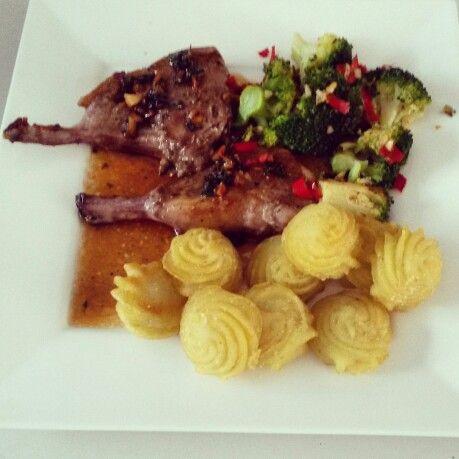 Allerhande recept. Lamsrack met honing-muntjus. Broccoli met rode peper en knoflook.