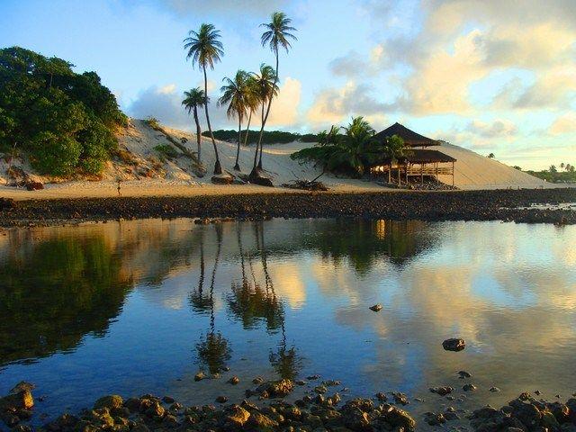 """Você já deve ter ouvido falar sobre o divertido """"esquibunda"""", certo? Pois é em Genipabu, com suas imensas dunas, lagoa de água doce e belíssimo visual, que essas e outras atividades — como passeios de buggy, esportes radicais e voltinhas com camelos — são praticadas. E o mais interessante dessa exuberante praia é que, como as montanhas de areia são móveis, a paisagem local está sempre se transformando."""