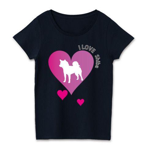 アイラブ柴犬ハートシルエット | デザインTシャツ通販 T-SHIRTS TRINITY(Tシャツトリニティ) 柴犬が大好きって人はハートが可愛いしばラブTシャツグッズはいかがでしょうか?特に濃色ボディーにピンクと白のデザインがガーリーなイメージを感じます。 ハートと柴犬のラブストーリグッズ★