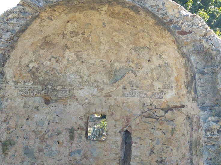 Anemurium Antik kenti.Küçük hamam Doğu Roma imparatorlugu zamaninda yapilmis.Yikintilar arasin nadir sağlam kalan duvar yazisi ve resimlerinden biri