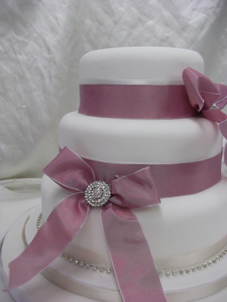 Valkoista ja vaaleanpunaista silkkinauhaa - white with pink ribbon