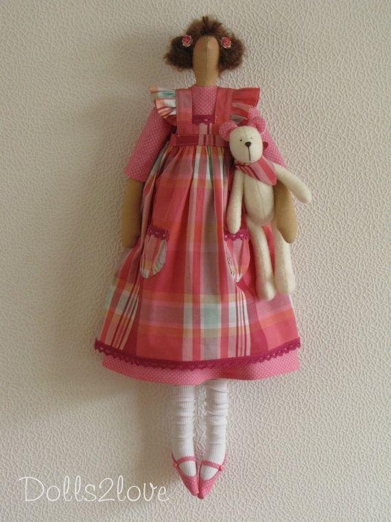 Esta hermosa muñeca hecha a mano tiene un cuerpo que se basa en un patrón de Tilda. Los paños están diseñados y hechos por mí.  Esta preciosa muñeca