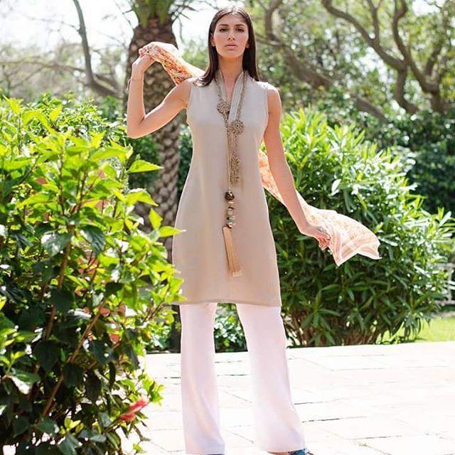 Preciosa #foto de #todotarifa con nuestro #vestido #Zurich de y #pantalon de #lino #hechoamano. #Complementos : #pañuelo de #seda, #collar lino y #abanico #joya. #linen #moda #mujer #fashion #woman #tarifa #sotogrande #linoyfinotarifa