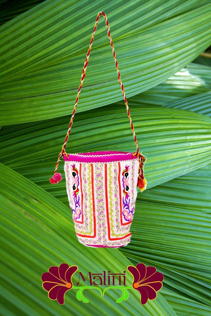 Borsa a spalla con ricami moderni ispirati all'artigianato dell'India del Nord. www.malinishop.com