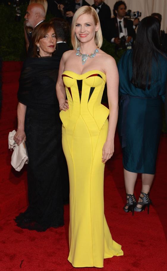 January Jones con un vestido palabra de honor amarillo con peplum de Versace.