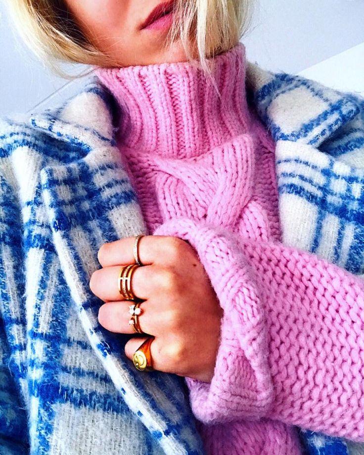 #hviskstylist #hvisk #fashion #blonde #girl #girly #style #stylish #emmabukhave #pink #blue #knit #pinkknit #checkeres #coat #gold #rings #colorful