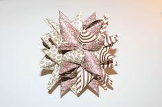 Sådan fletter du en stor julestjerne: Hvis du er træt af den klassiske julestjerne af flettede papirstrimler, kan du lave en udvidet version. Den ser indviklet ud, men det er altså ikke så galt… ;o) (Det er vigtigt, at du…Læs mere ›