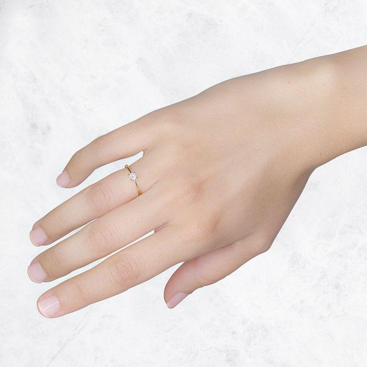 Anillo de pedida en oro amarillo con diamante talla brillante. Un anillo solitario con engaste ruso en 4 garras.