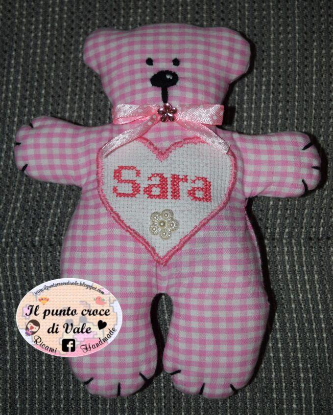 Orsetto Tilda con inserto a cuore ricamato a punto croce e cucito con punto festone. Visita la mia pagina Facebook IL PUNTO CROCE DI VALE.  #teddy #bear #Sara