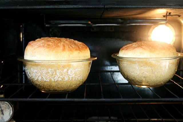 Eleged van már a bolti kenyérből, ami valljuk be már nem olyan, mint régen volt? Megmutatom hogyan süthetsz magadnak egyszerűen házi kenyeret úgy, hogy gépre sincs szükséged, és dagasztani sem kell! Legjobb recept!