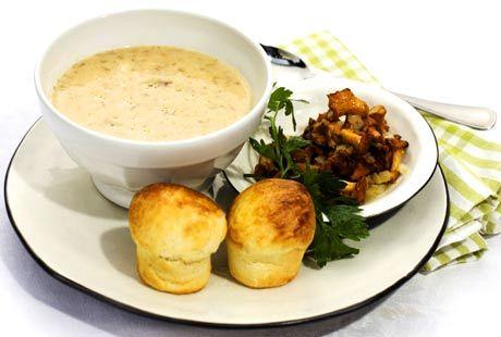 Bäst smakar soppan om man gör den på kantareller man plockat själv! Men det går förstås lika bra att köpa på torget eller i butiken.