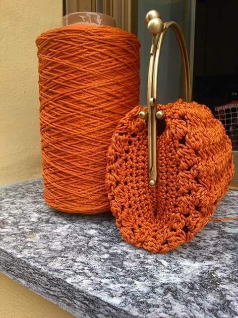 pochette con manico clic clac e catena in ottone lavorato con tripolino arancio e foderata in organza panna