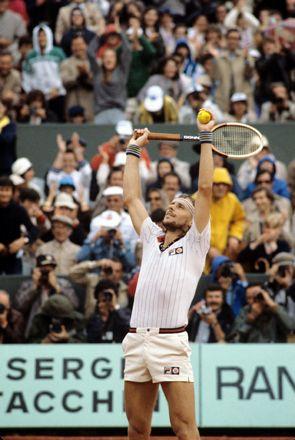 Maillot bien rentré à l'intérieur du short, bandeau en éponge pour dompter sa crinière et barbe de trois jours… Tout est bien en place du côté de Björn Borg, lors de sa victoire à Roland-Garros en 1979. © L'EQUIPE