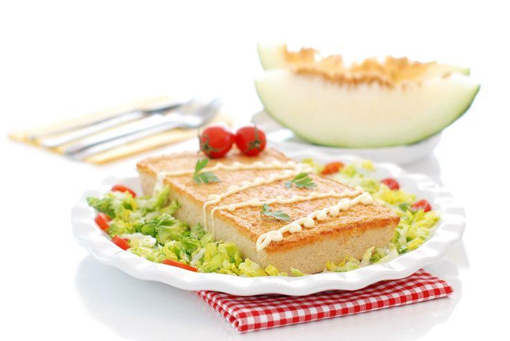 Un clásico para el verano. Receta de pastel de atún con tomate, huevos y pan. Una receta ideal para niños que harás en 1 minuto con tu Thermomix ®.