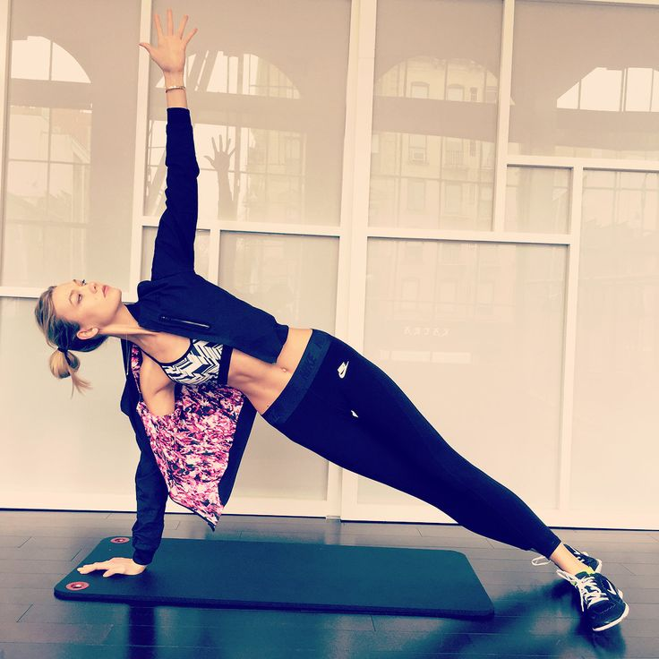 Karlie Kloss trains at modelFIT—of course—where she flashes her pretty prints while sculpting her obliques.