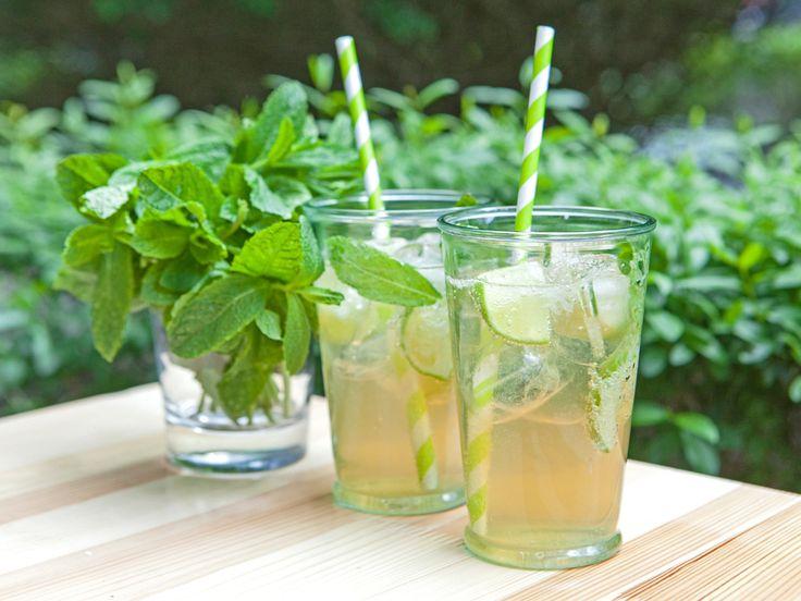 Ein leckerer Sundowner kommt auch ohne Alkohol aus - Brigittes Rezept für den Alm-Hugito (eine Mischung aus Hugo und Mojito aber ohne Umdrehungen) ist der beste Beweis. http://www.fuersie.de/kitchen-girls/rezepte/blog-post/rezept-fuer-hugito