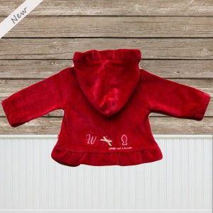 Het superzacht babypakje sorbet d'amour van Weekend a la mer bestaat uit een broekje en vestje. De broek heeft een elastische taille en heeft voor aan een leuke applicatie van een visje en twee fronsjes. Achteraan rechts bevindt zich nog een steekzakje. Het vestje is onderaan gefronst en heeft een schattig kapje dat aan de binnenkant een sterretjes motief heeft. Het sluit vooraan met een rits waaraan een stoffen visje hangt.