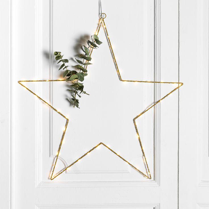 Etol estrella   ¡Ya ha llegado la Navidad a Kenay Home! No te despistes y prepara todos tus adornos para estas fechas tan especiales.   Etol es una estrella muy navideña, con luz, que podrás colgar en cualquier rincón de tu hogar.  Disponible en dos tamaños: Grande y pequeña.  #kenayhome #estrella #luz #navidad #decoración #adorno #hogar #navideño #estilo #diseño #interior #nórdico #star #merry #christmas #xmas #nordic #design #decoration #decor #white