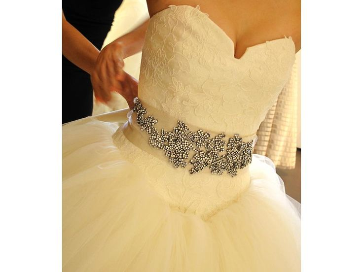 Vera Wang Kate Hudson/ Bride Wars: buy this dress for a fraction of the salon price on PreOwnedWeddingDresses.com