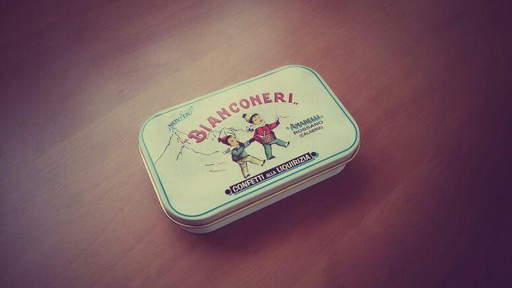 イタリアで買ったリコリスのまっずいお菓子。サルミアッキみたいでまっずいのは知ってたけどビアンコネリだから買った。