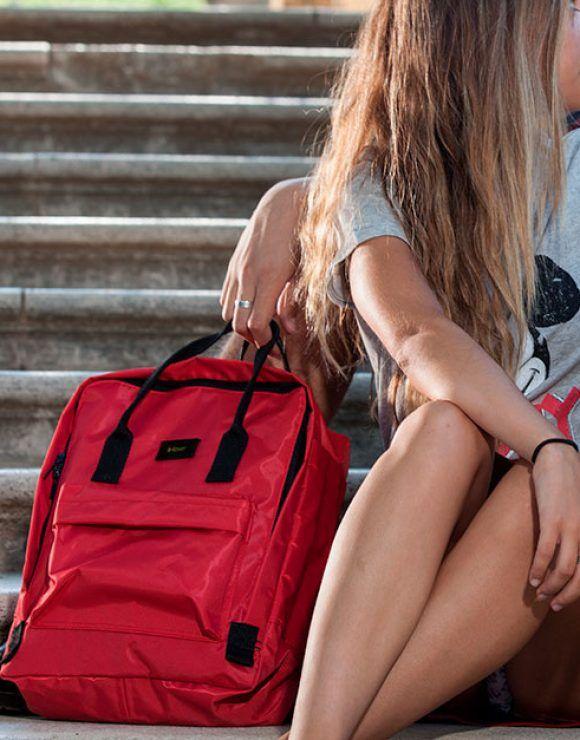 b-kover Mochila roja escolar backpack red. Mochila moda. Mochila cuadrada. Backpack school. Vuelta al cole outfit