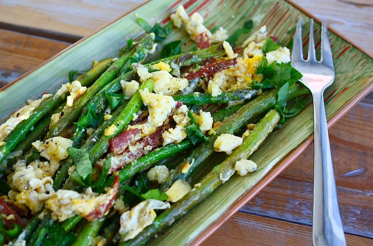 Deze heerlijke salade met groene asperges, ei en blauwe kaas is perfect voor de lunch of voor op de paasbrunchtafel. Bekijk hier het recept.