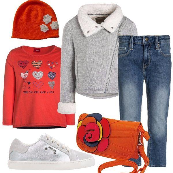 Un outfit dalle tante occasioni con un jeans in tela slavata, vita regolare, modello unisex. Una maglia in cotone arancione con stampa ed un caldo cardigan con chiusura laterale e collo ampio imbottito. Scarpa sportiva in pelle e tessuto. Cuffia con fiorellini ricamati. Borsa con vistoso fiore.