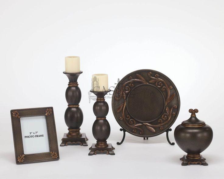 Набор аксессуаров из коллекции Qadence для Вашего интерьера. В набор входит 5 предметов: фоторамка, декоративная тарелка на подставке, декоративная ваза с крышкой и 2 подсвечника разной высоты. Эти аксессуары отлично дополнят как классические интерьеры, так и интерьеры в стиле римском стиле. Исполнены в черном цвете и позолочены техникой кракеллюр.