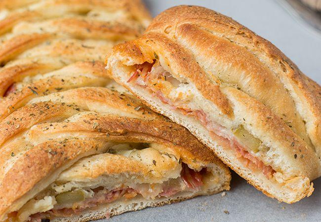 Stromboli, een Italiaans gevuld brood; sommige mensen noemen het wel eens een opgerolde pizza. Ik maakte laatst zelf een Stromboli en dit is 't recept!