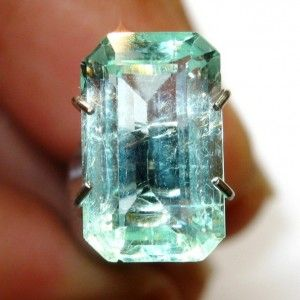 Light Green Colombia Emerald VVS 2.22 carat  Overseas buyer welcome .. sales include gemstone brief report from IGL ASIA.   Feel free to call / WhatsApp +628881626252