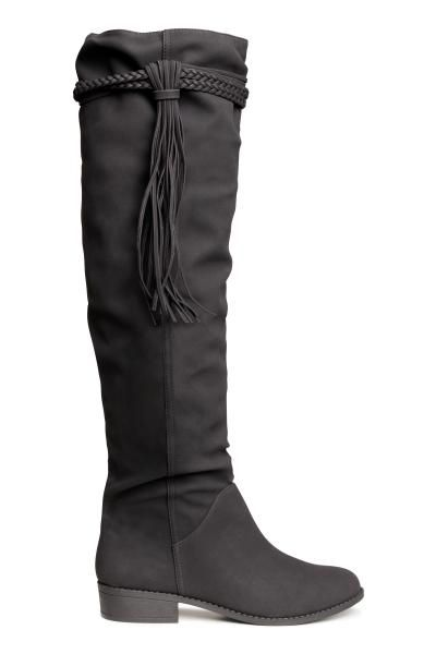 49,99 € Stivali al ginocchio: Stivali al ginocchio in finta pelle tipo nabuk con fascette decorative e frange in alto. Senza allacciature. Tacco 3 cm. Suola in gomma.