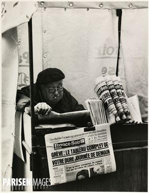 Marchand de journaux, gare du Nord. Paris (Xème arr.), 1963. Photographie de Léon Claude Vénézia (1941-2013).