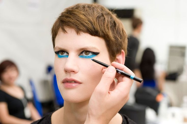 Chanel, Resort 2014 runway makeup. Graphic winged eyes. Black eyeliner on the eyelid with blue eyeliner underline: Chanel Stylo Yeux Waterproof Long-Lasting Eyeliner in Noir Intense and True Blue. Modern Cleopatra eye makeup. Photo: Chanel http://www.vogue.co.uk/beauty/2013/05/10/chanel-singapore-pre-spring-2014-make-up-beauty-nails/gallery/973789