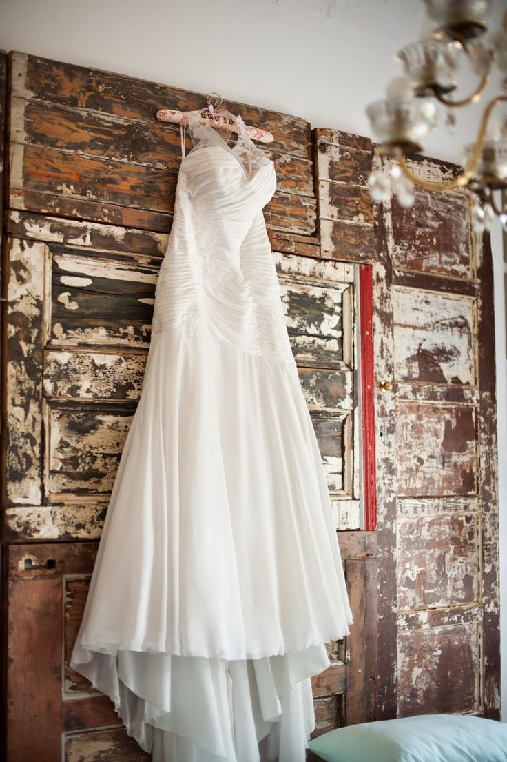 Bride @ Guesthouse: Wedding dress in Leka room