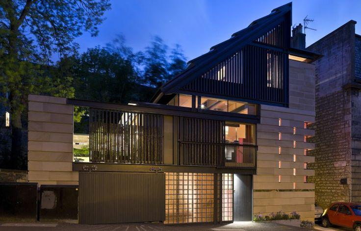 La façade déstructurée, où cohabitent le verre, l'acier et le bois brûlé, s'inscrit dans son contexte urbain grâce à l'emploi de pierres de tailles.