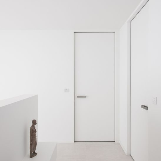Moderne deuren zonder omlijsting. De onzichtbare omlijsting wordt voor de pleisterwerken geplaatst in het midden van de muurdikte. Aan beide zijden wordt de omlijsting ingewerkt door de bezetter met effectieve hoekprofielen om scheuren en barsten te voorkomen! De deur hangt dus steeds centraal.