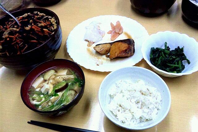 ある日の駅の夕ご飯。いちばんがんばったのは、主菜より付け合わせの甘酢大根かな。(笑) - 1件のもぐもぐ - ぶりの照り焼き&大豆とひじき煮 by maytan