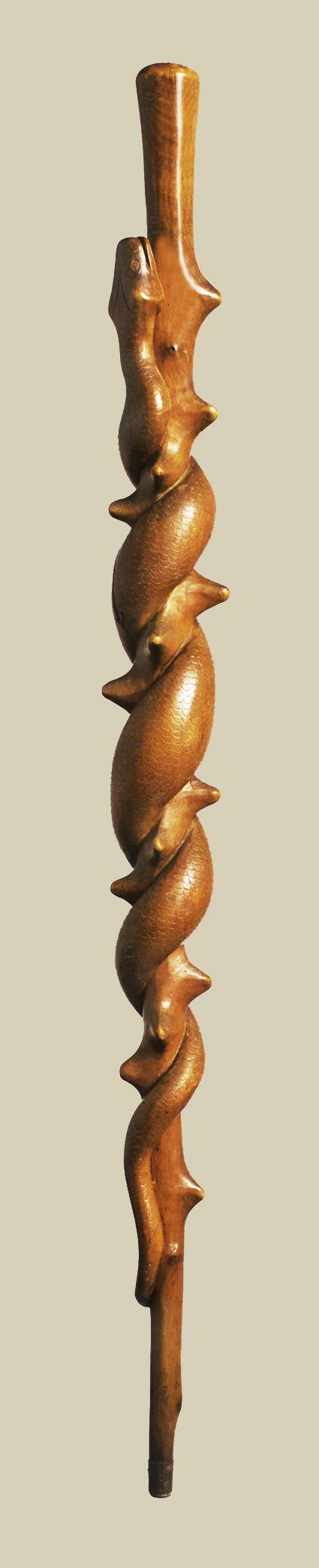 Canne Art Populaire monoxyle aux dimensions inhabituelles - Un gros serpent monte en spirale sur un fût taillé façon épine - Début XXème siècle