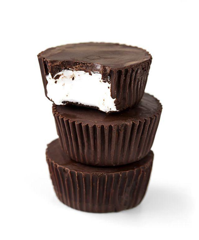 Ingredientes: 360 g chocolate negro 70% 30 g mantequilla 240 g preparado de marshmallow Preparar una bandeja de minicupcakes con moldes. Poner el chocolate en un vaso de cristal y fundirlo en el micr