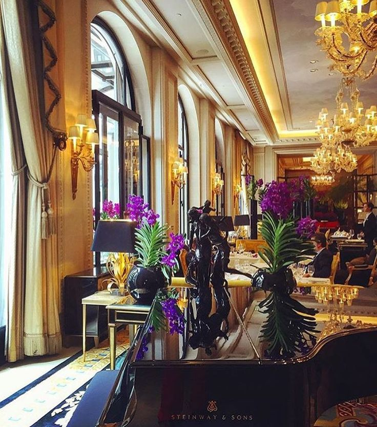 It's the beginning of a 4 days week-end in #Paris ! All parisians are running out the city, it's the perfect moment to enjoy Paris almost all by ourselves. What are you plans ?  #fsparis #georgeV #parisjetaime #fourseasons #lagalerie #palace #luxury  @ mimmichau